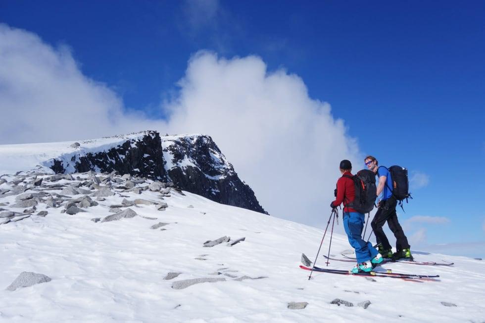 MOT TOPPEN: Stian Hagen (t.v) og Kristian Sørensen på vei mot toppen av Galdhøpiggen.