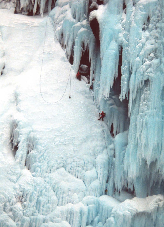 Ismonster: Togbekken (WI 5, 850 m.) ved Sunndalsøra. Aslak Aastorp og Øyvind Vadla følger på  nest siste taulengde. Foto: Terje Gustavsen