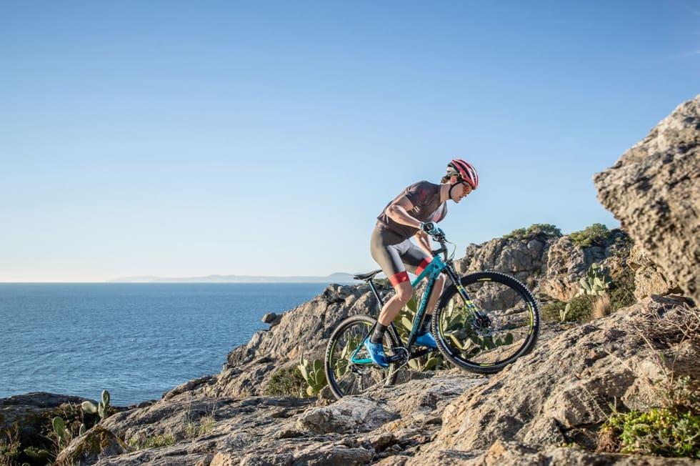 TIL OPPTURENE: Vertex er en ritthalvdemper som skal klatre raskt, men også fungere utfor. Her fra klippene ved Cadaques helt nord i Katalonia. Foto: Dennis Stratmann/Rocky Mountain