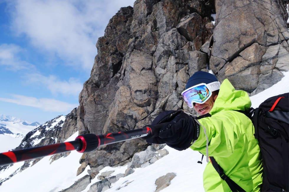 PEKER UT KURSEN: Stian Hagen vurderer linjer under toppen av Galdhøpiggen.