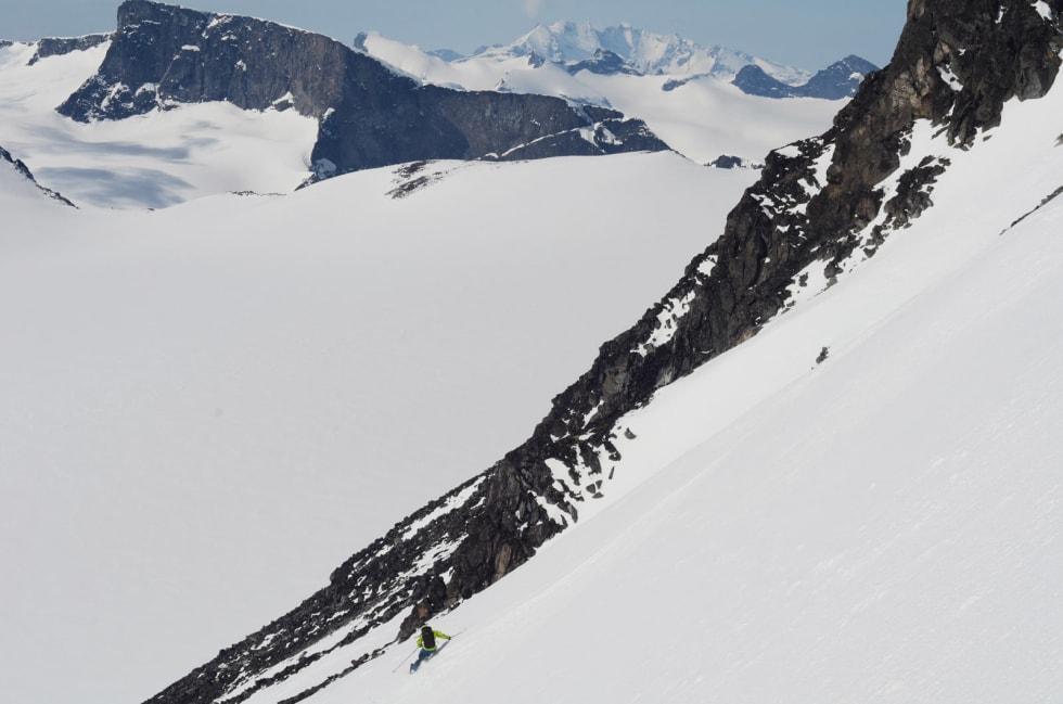 STORFJELL: Stian Hagen på vei fra Galdhøpiggen mot Svellnosbrean med Hurrungane fjernt i bakgrunnen.