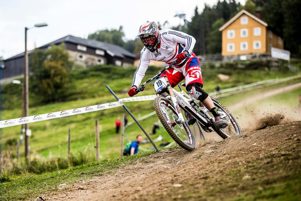 HELTEN: Da Snorre Pedersen og Werner Jonassen begynte med å bygge løyper i Hafjell drømte de om å få helten Steve Peat på besøk. Nå sykler han VM her.