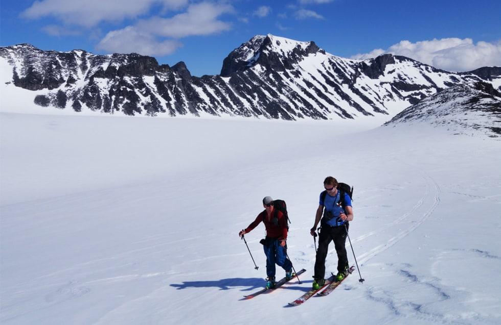 PÅ TUR: Oppstigningene var behagelige på slake breer. Stian Hagen og Kristian Sørensen på vei over Søre Illåbrean.