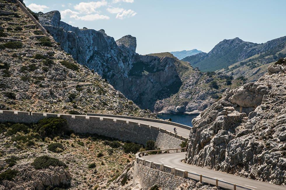 SISTE INDRE: Veien avsluttes med en liten utforkjøring, før tre serpentinsvinger løfter deg opp til fyret. Foto: Patrik Engström.