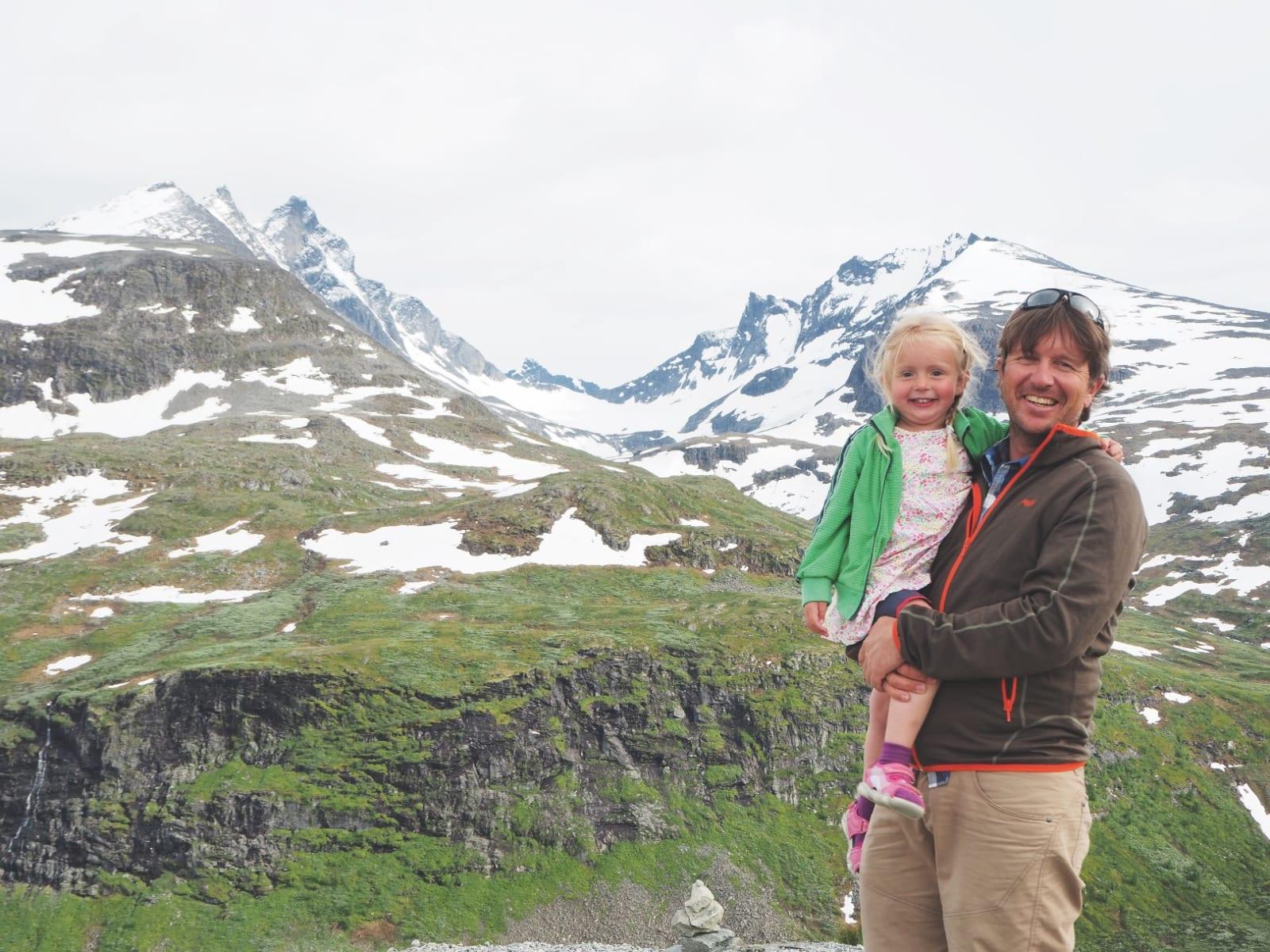 TO GODE VENNER: Ylva (5) med pappa til fjells,. – Hun liker det. Hun liker også å leke prinsesse, forteller Jostein.