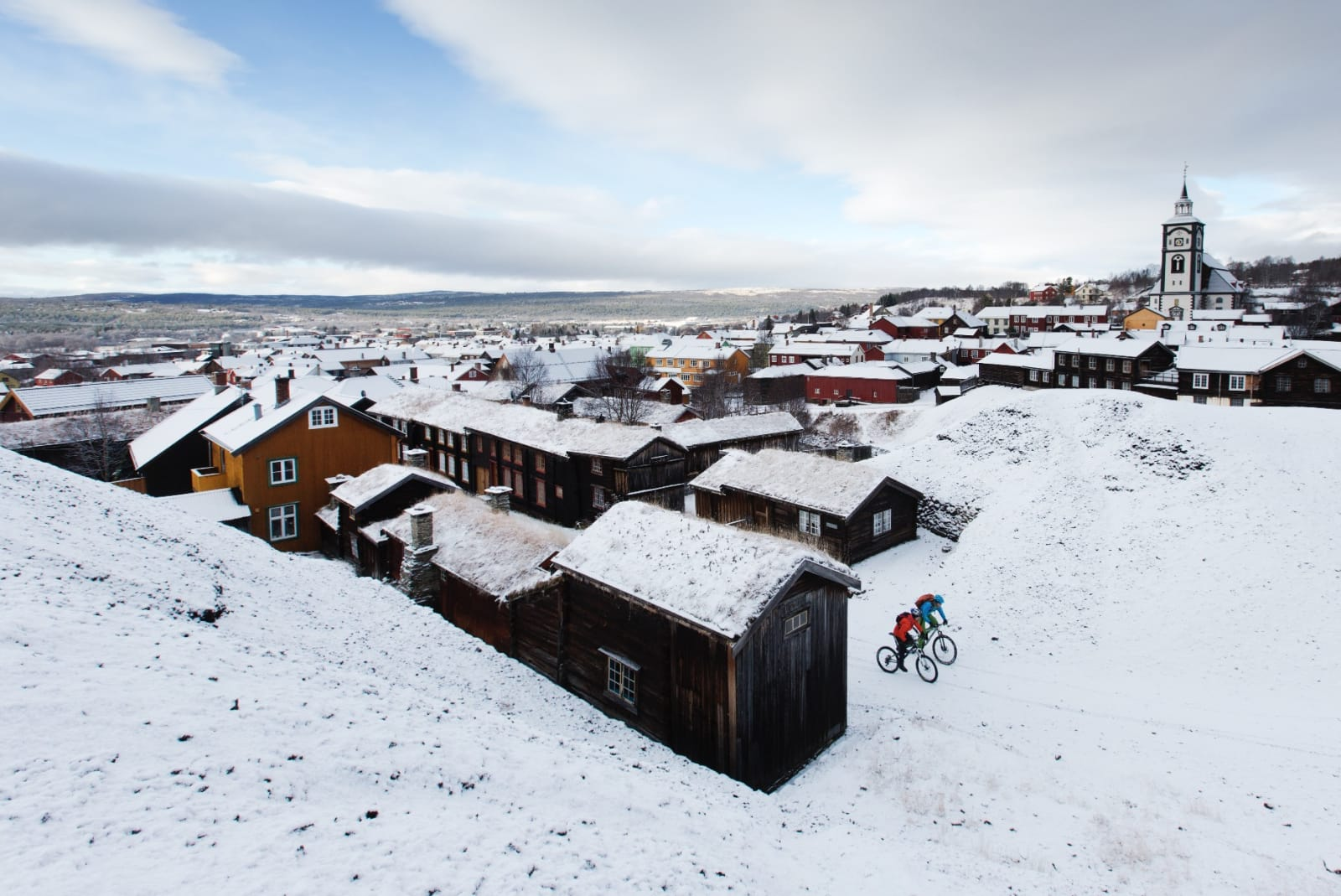 FJELLBYGDA: Før den vesle fjellbygda våkner til liv, tråkker vi ut langs slagghaugene ved Røros. I horisonten jobber sola med å knekke skylaget.