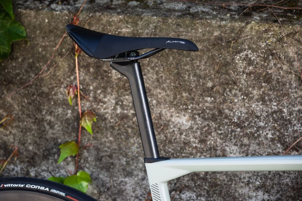 D-FORMET: Setepinnen er formet som en D, men med rund profil i front som tilsvarer 27,2 mm setepinne.
