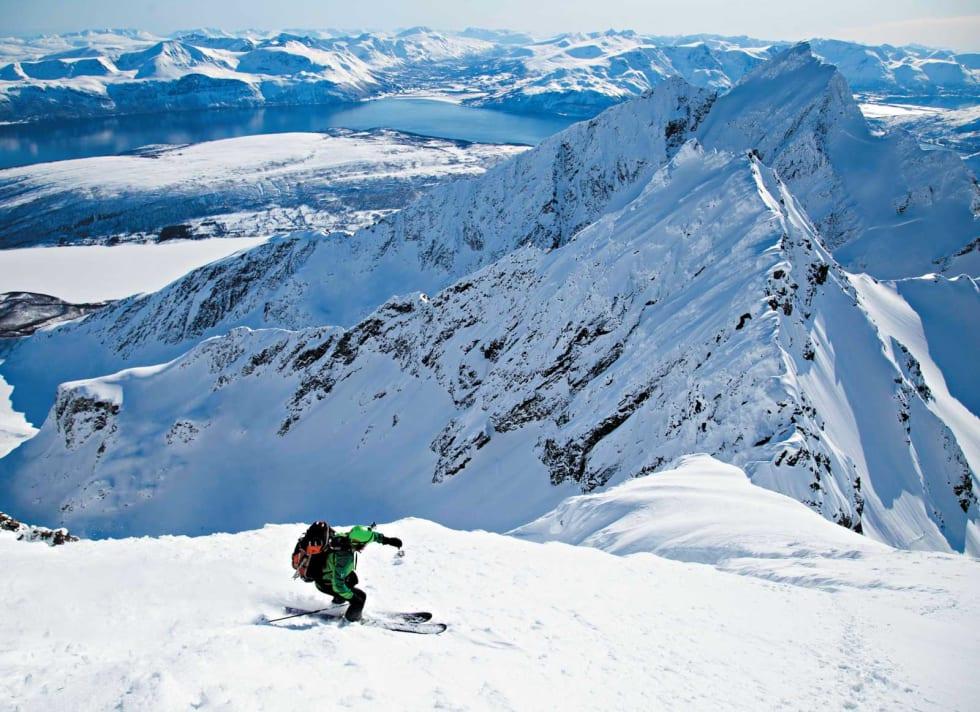 Svein Mortensen i dyp konsentrasjon ned det bratte topphenget på Store Jægervasstinden. Foto: Espen Nordahl. / Toppturer i Troms.