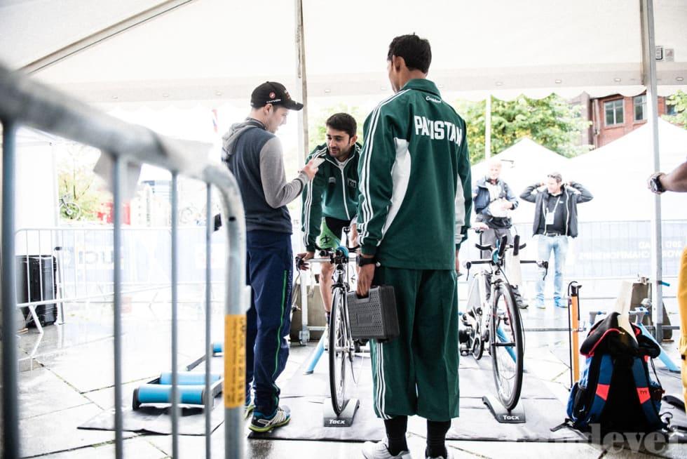DET STORE MÅLET: Awais Khan er pakistansk tempomester, og mens han varmer opp må Arsalan Anjum Muhammad være mekaniker.