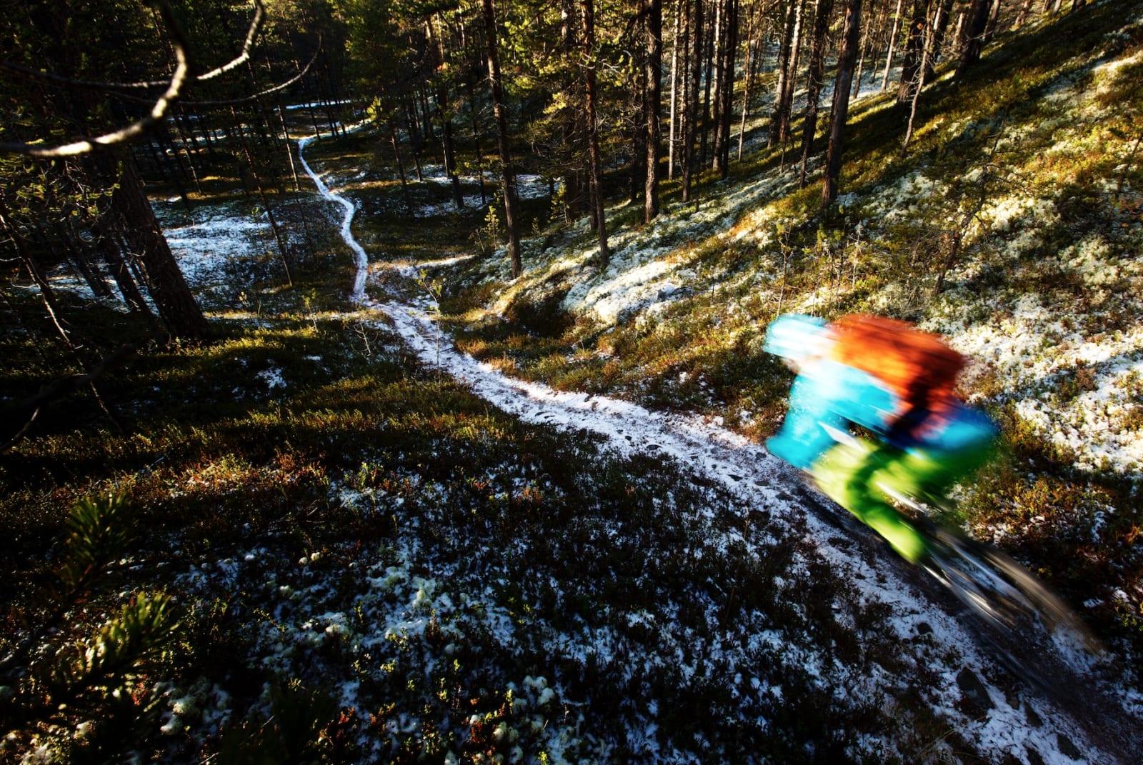 PARALLELLT: Ved vannkanten i Mølmannsdalen tar vi en pause før siste stiparti.