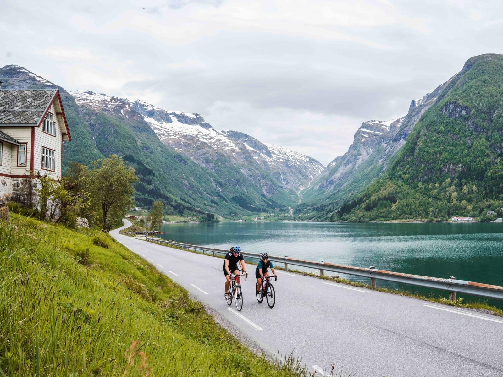 FJORDNÆRT: Naturen kommer tett på, og om du reiser litt utenom turistsesongen er det relativt lite trafikk. Bilde: Magnus Roaldset Furset
