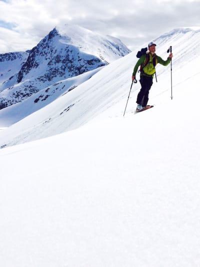 LILLEBROREN: Espen Sollien trasker opp mot toppen av Lillegalten (som er lillebroren til Storegalten) på Nordlenangen.