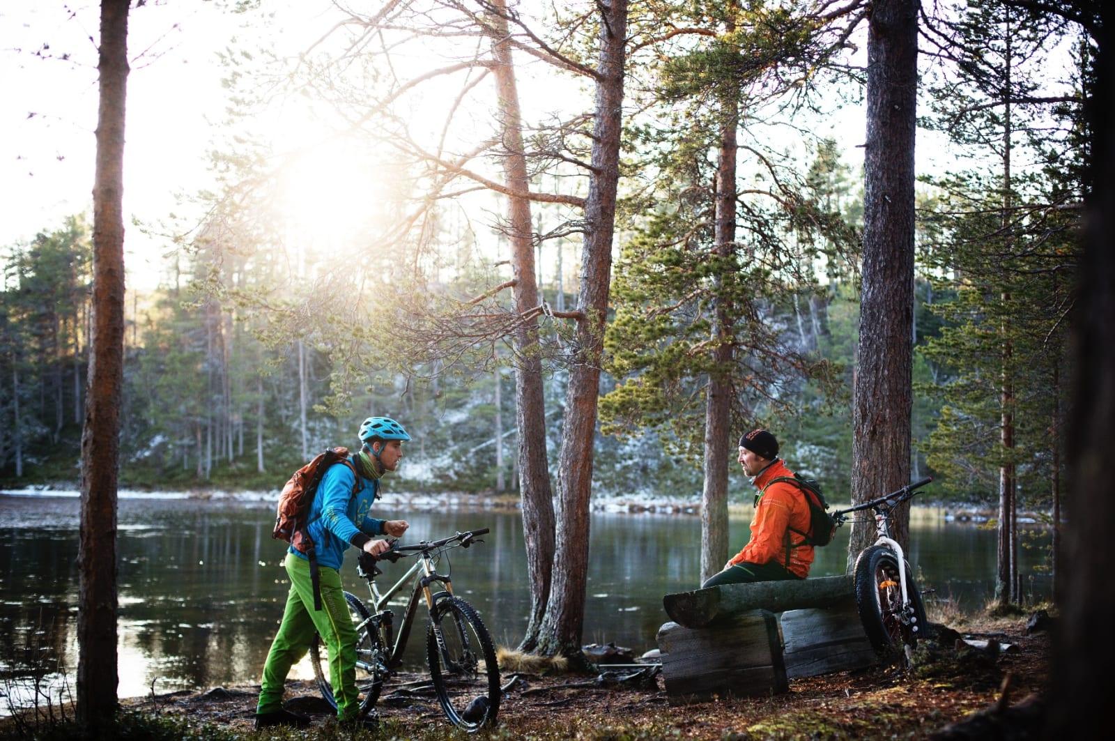 EN PAUSE VED VANNET: Ved vannkanten i Mølmannsdalen tar vi en pause før siste stiparti.