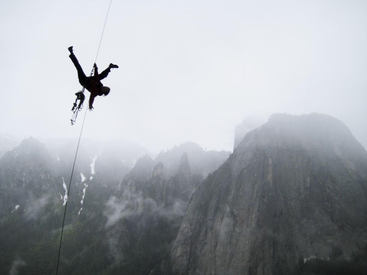 SMAL SAK: Livet vårt hang bokstavelig talt i en tynn tråd. Her øver vi på å stole på tauet i The Alcove Swing ved foten av El Capitan. Foto: Frøydis Aakenes
