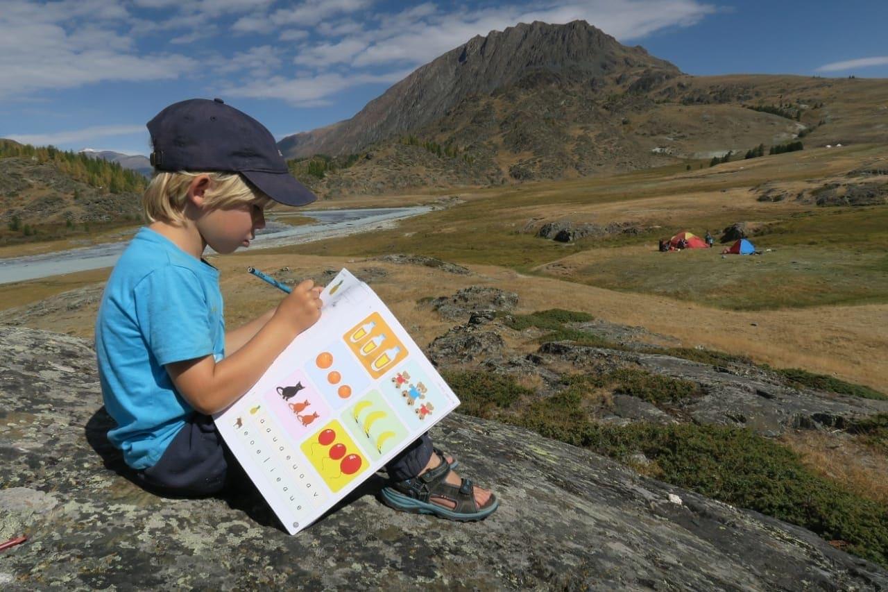 UTE-TIME: Det går an å ta med leksene også, så klart. Her er Tristan Cuypers i full konsentrasjon et sted i Altaifjellene i Mongolia. Foto: Jochem Cuypers