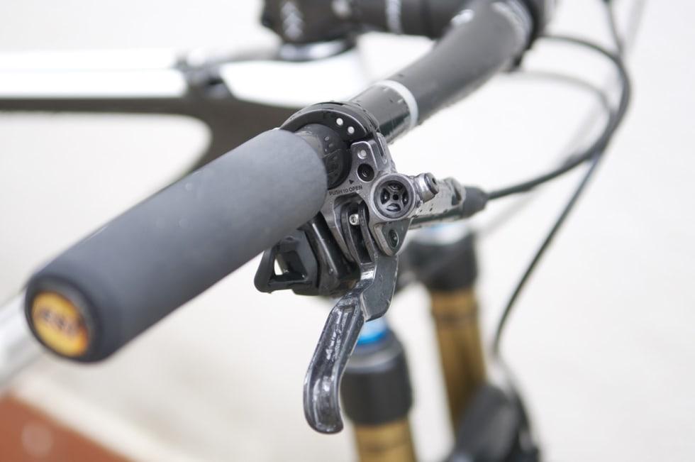 BRATT: Henrik har bremsehendlene montert ganske bratt ned fra styret. XTR-bremser ble valgt selv om girene er fra SRAM.