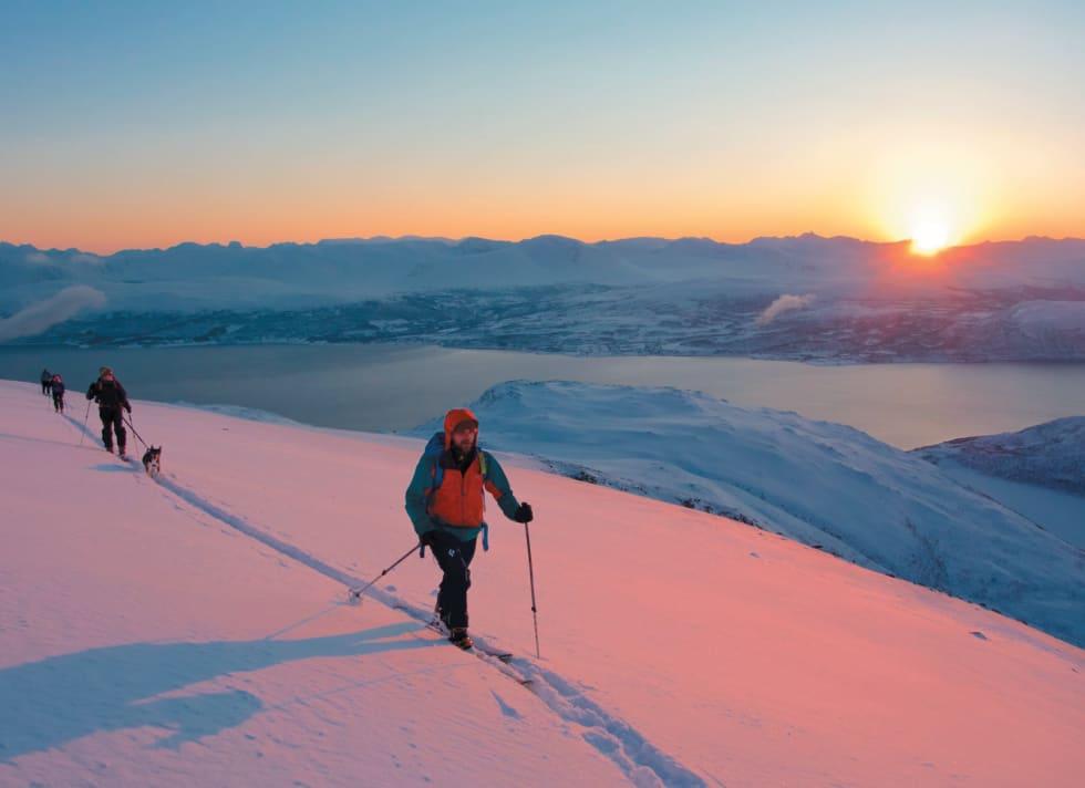 Hans Andersen, Lene Fisker, Torunn Bugjerde og Linda Cecilia Haaland på vei mot Nordfjellet på en tidlig vinterdag. Foto: Eimund Bakke. / Toppturer i Troms.