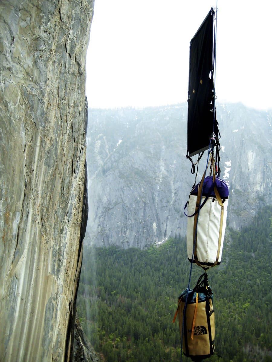 HEIS: Hele vår hverdag, i form av 150 kilo bagasje, slepes opp den vertikale veggen.