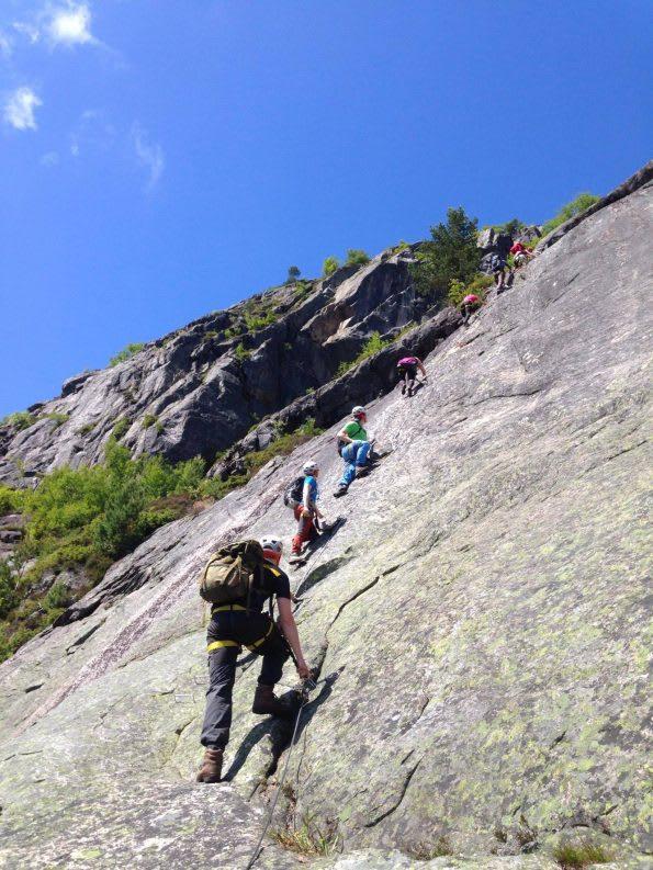 ØSTVEGGEN: Midt i Setesdal finner du Straumsfjellet, og guider som gjerne hjelper deg til topps. Foto: Helle camping