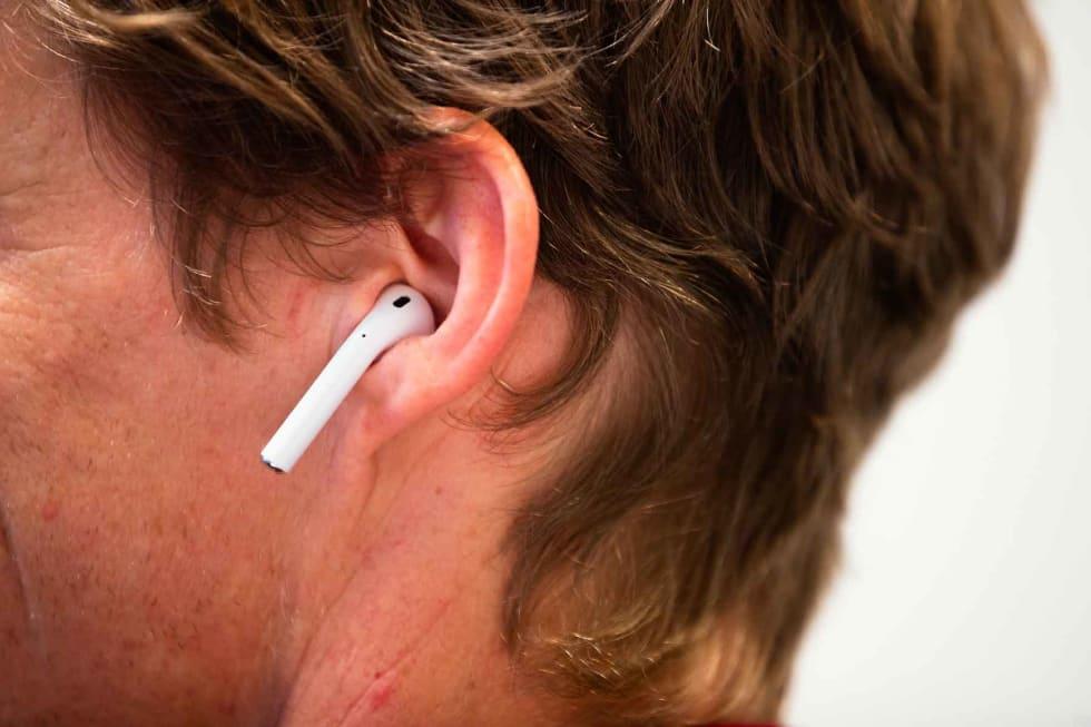 SMYKKER: Apples Airpods ser ut som øredobber. De sitter bra på noen, men langtfra alle.