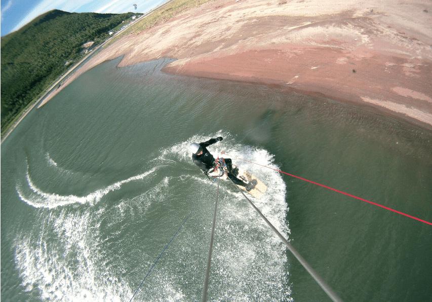TROMS: Langt fra kaldt, men med strålende kiteforhold i flotte omgivelser i Norges nest nordligste fylke. Foto: Bjørn Stien