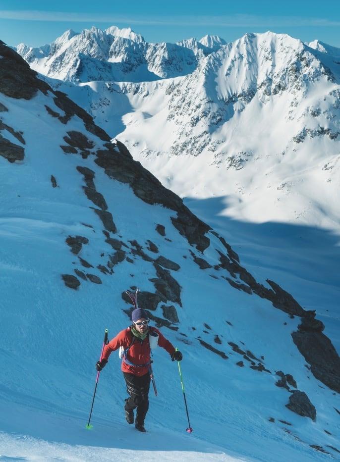 FJELLKAVALKADE: Vegard på vei opp passet øst for Stetind. Han hadde på dette tidspunktet forsert alle fjellene i bakgrunnen, i tillegg til seks topper over 1000m man ikke ser. Han var ved bedre mot enn forventet