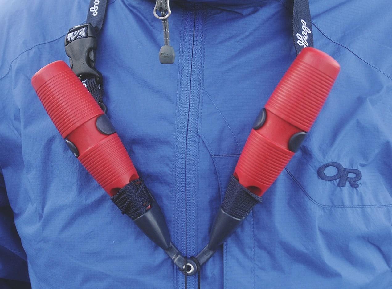 ISPIGGER: Dette bør være obligatorisk utstyr på alle skøyteturer. Ispiggene kan få deg opp av råken dersom du har gått gjennom isen. Foto: Iver Gjelstenli