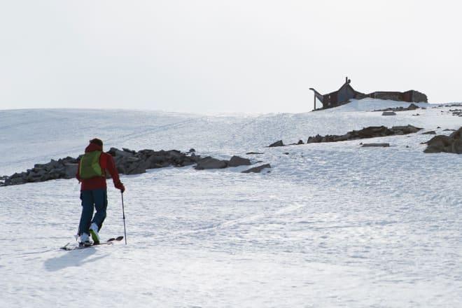 BRE: Store deler av turen fra Juvasshytta og opp på Galdhøpiggen går på bre. Her er Erlend Sande i ferd med å forlate isbreen like under toppen. Foto: Tore Meirik
