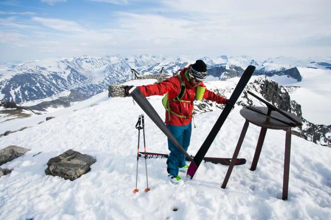 LETT GJENKJENNELIG: Erlend Sande gleder seg til å spise Snickers mens han skreller av skifeller på toppen av Norges høyeste fjell.