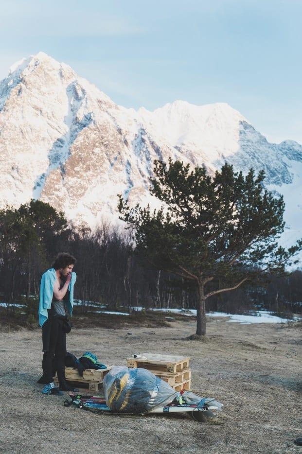 PÅ LAND I TYTTEBÆRVIKA: Vegard en en av de få jeg kjenner som begynte å surfe i det iskalde vannet i Nord-Norge. Denne turen var brettet imidlertid redusert til transportmiddel.
