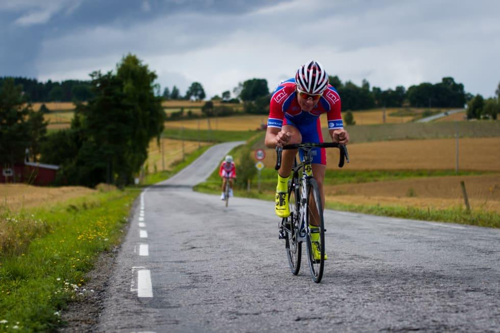 LANGVEISFRA: Sedrik Ullebø fra Sogn CK kunne ta på seg gul trøye etter tempoetappen. Alle klassene bruker vanlige landeveissykler på tempo.