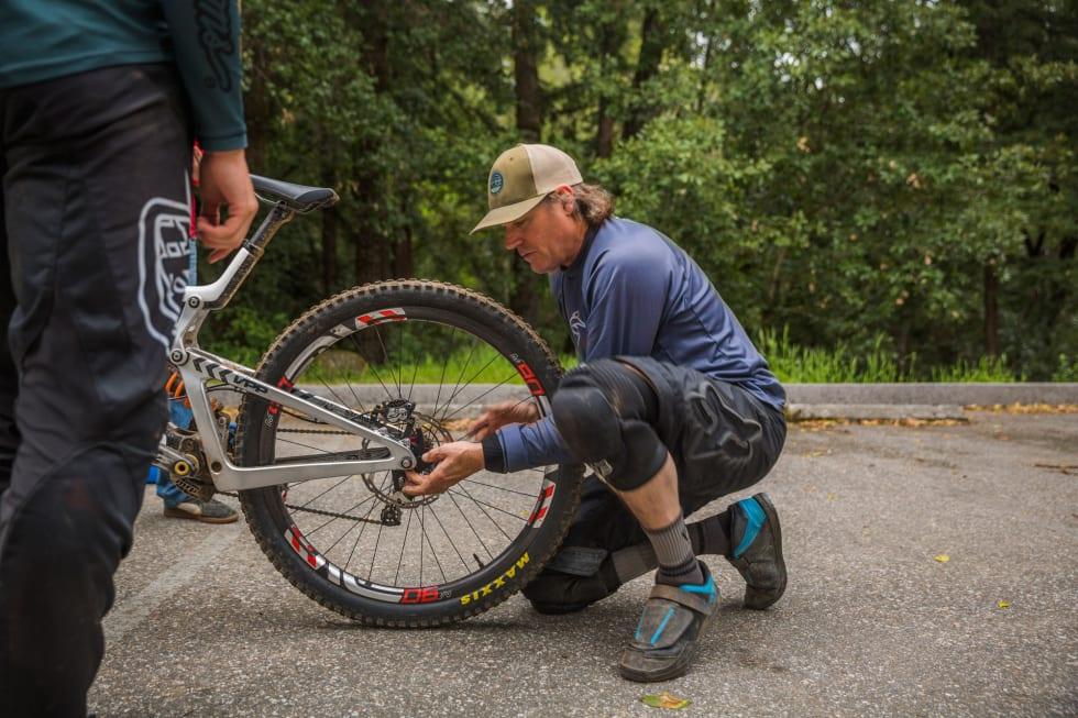TESTING: Nick Anderson tilpasset og tunet sykkelen mens Syndicate-gutta testet.