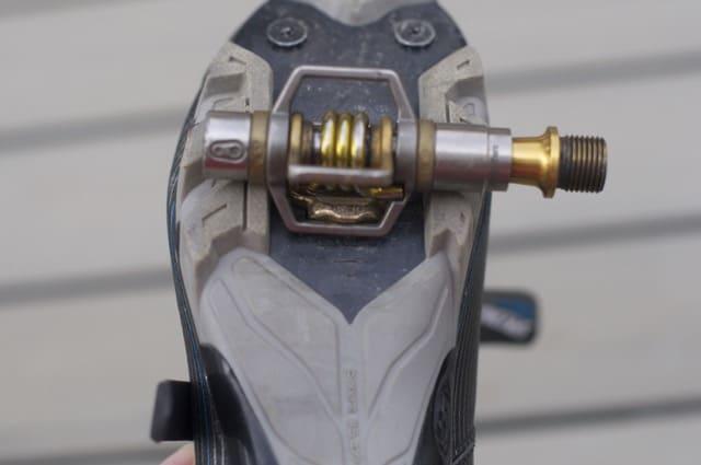 VISP: Crank Brothers' Egg Beater-pedaler har fire bøyler som alle er fjærbelastes. Du fester skoklossen ved å klikke deg ned mellom to av bøylene.