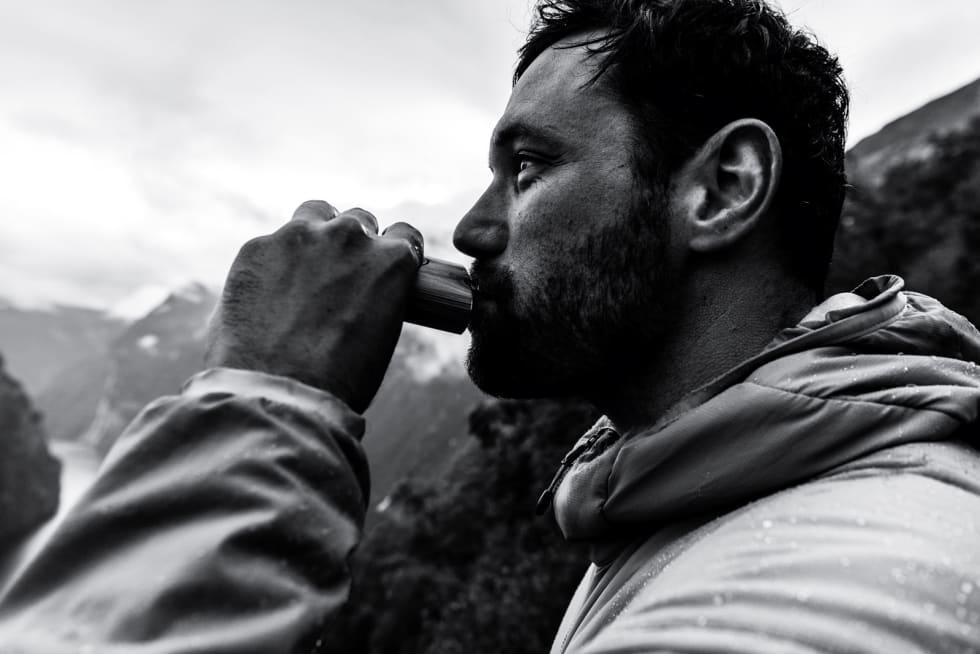 STYRKEDRIKK: Thomas Vanderham er en bereist syklist, og har utallige filmsegmenter på repertoaret. Han har vært i Norge flere ganger, og likte Nordfjord godt. Når han er på reise har han alltid med en liten skvett whiskey til de gangene det blir mye venting mellom fotografering og filming.
