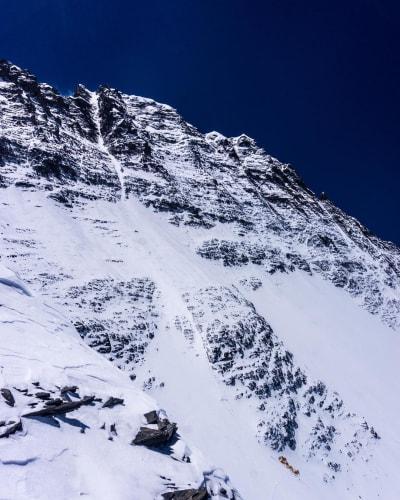 VERDENS RÅESTE LINJE: Renna på Lhotse går direkte fra toppen og er 50 grader bratt.