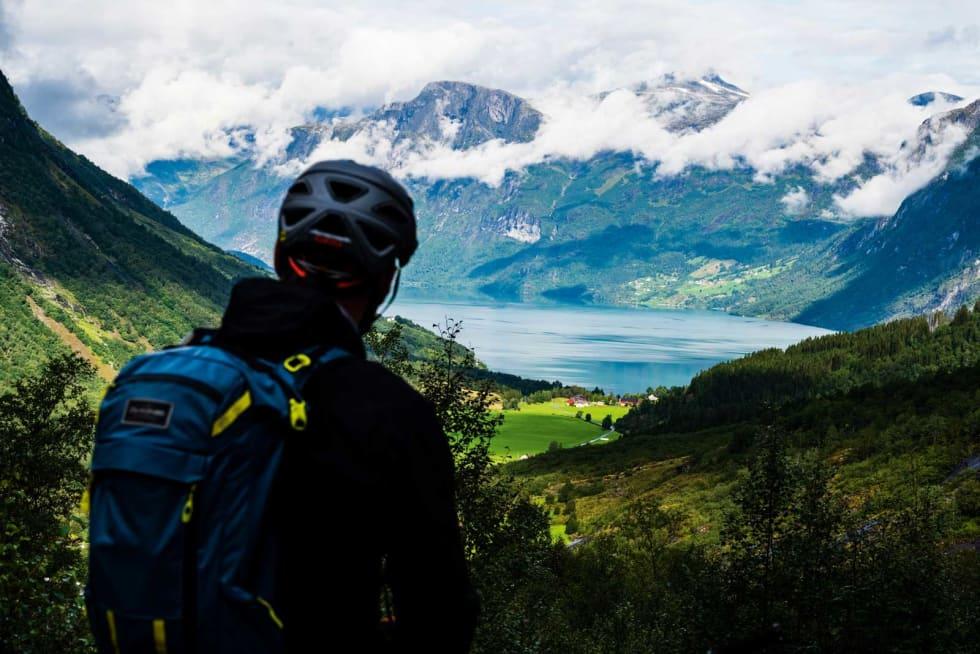 FULL PAKKE: Utsikt, frodig landskap, storslagne fjell. Nordfjord hadde alt som trengtes for å lage spektakulære bilder. Ja, og gode stier da selvfølgelig.