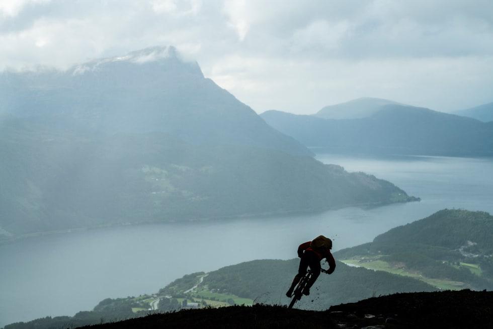 UT AV MØRKET: Solen kom aldri fram bak skyene under besøket vårt i Norge, men det var kanskje det som var så fint også. Jeg tror det ga ærlige bilder av Norge og værets karakter. Kanadiere er uansett vant til drittvær, så motivasjonen var det ingen ting å si på. Her setter Thomas Vanderham ned mot Gloppenfjorden fra Haugsvarden.