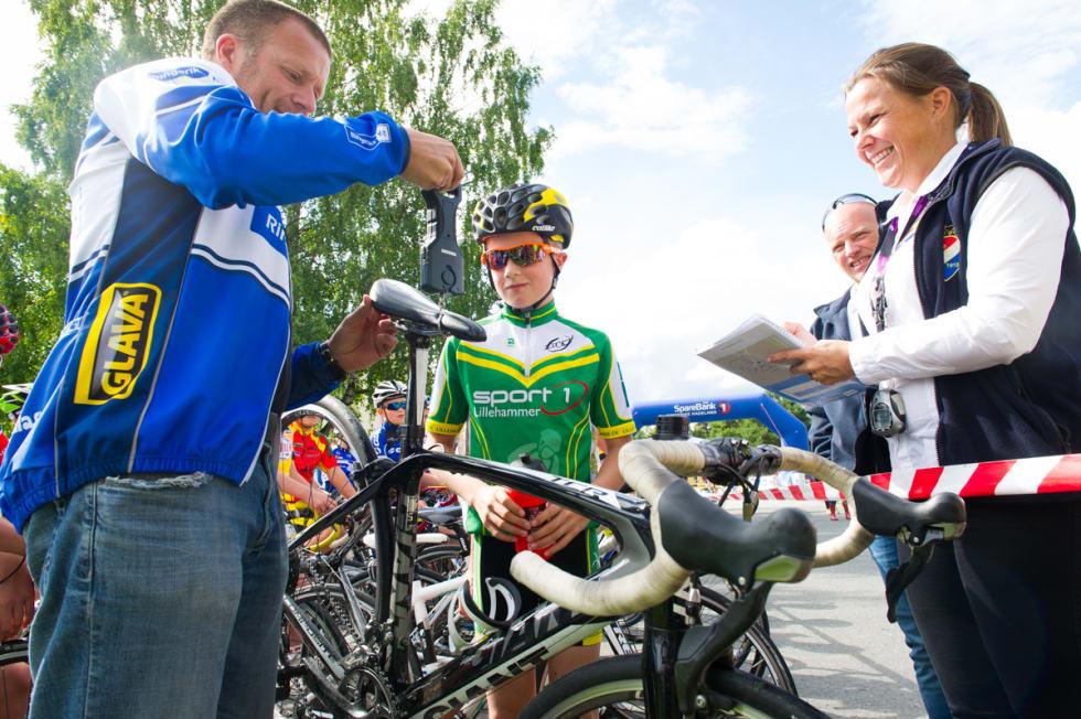 KONTROLL: Heidi Stenbock-Haakestad får hjelp av rittlederen til å sjekke at syklene ikke er for lette. Tilsedeværelse er viktig for forbundet, i jobben med å skape en sunn sykkelkultur.