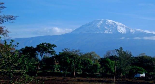 Målet i det fjerne. Kilimanjaro sett fra hotellrommet i Moshi.
