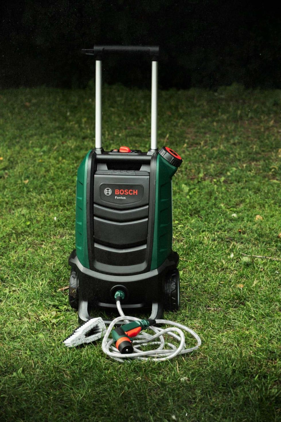HAGEKLAR: Bosch Fontus er stor med solid kvalitetsfølelse. 15 liter vanntank og 60 minutter batteritid gjør det lett å få sykkelen helt ren