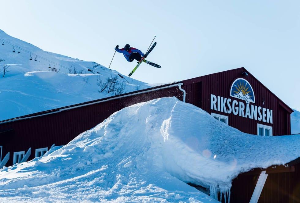 Leo Ahrens gjør en klassisk mute grab over den gamle skiutleien i Riksgränsen. Foto: Mattias Fredriksson