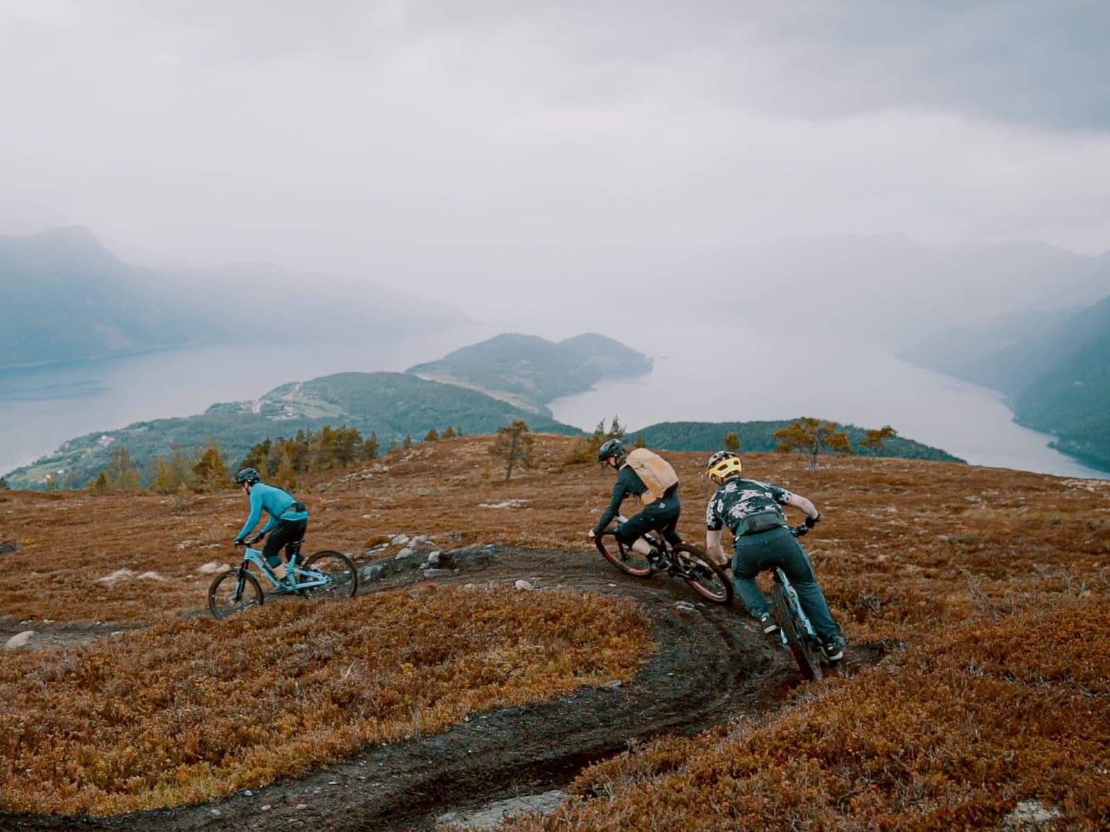 RETT I FJORDEN: Lite å si på omgivelsene for syklister som tar seg turen til Gloppen. Bilde: Magnus Roaldset Furset