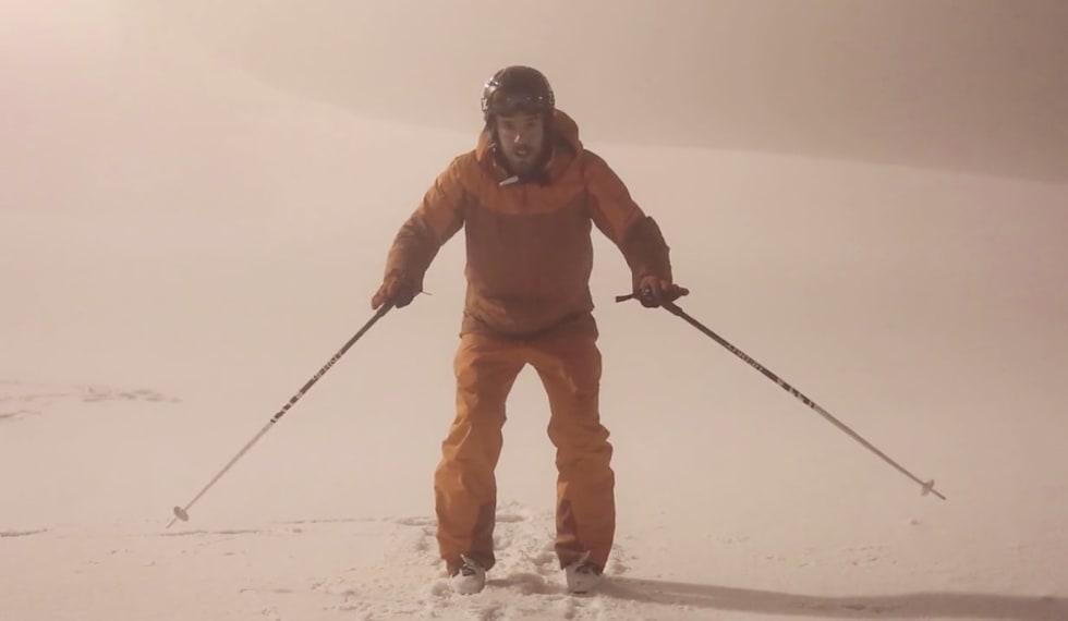 INSTRUKSJON: Eirik Finseth demonstrerer hvordan man finner grunnposisjonen, keeperstillingen på ski. Foto: Christian Nerdrum