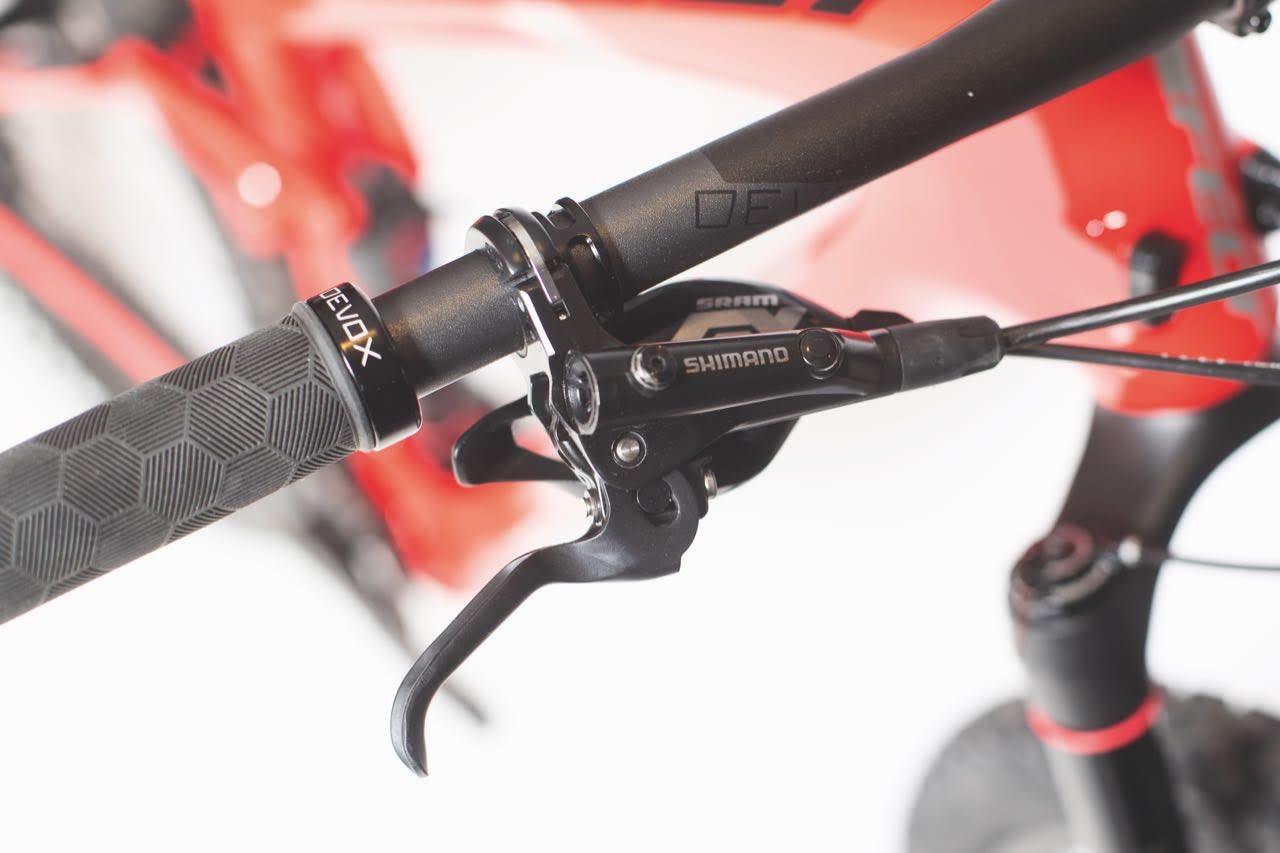 DEORE-NIVÅ: Bremsene holder et lavere nivå enn på de andre syklene.