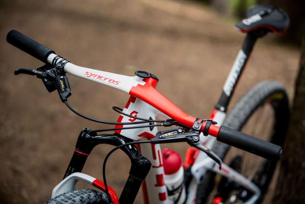 TRÅDLØST: Nino Schurter er en av få som sykler med SRAMs trådløse Eagle ETap-girsystem. Her montert på det spesielle Syncros-styret som Nino bruker. Foto: Jochen Haar/Scott