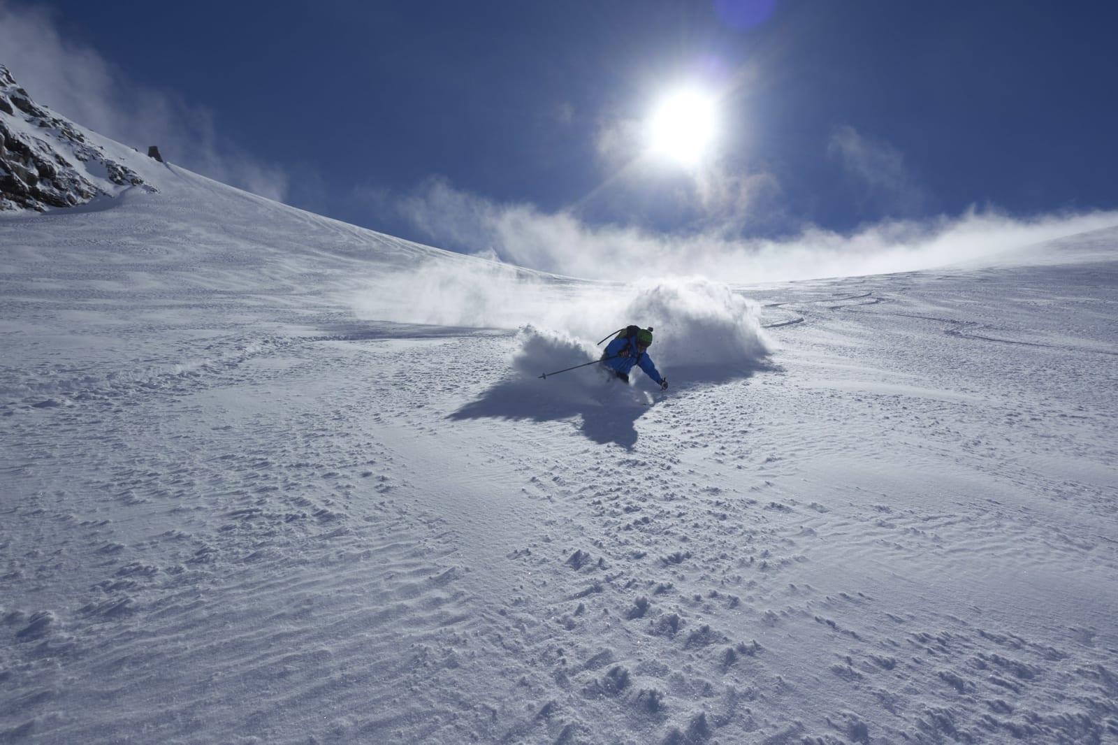 TØRRSNØ: Espen Sollien setter svinger i kald snø på breen mellom Rasletind og Munken. Foto: Johan Wildhagen.