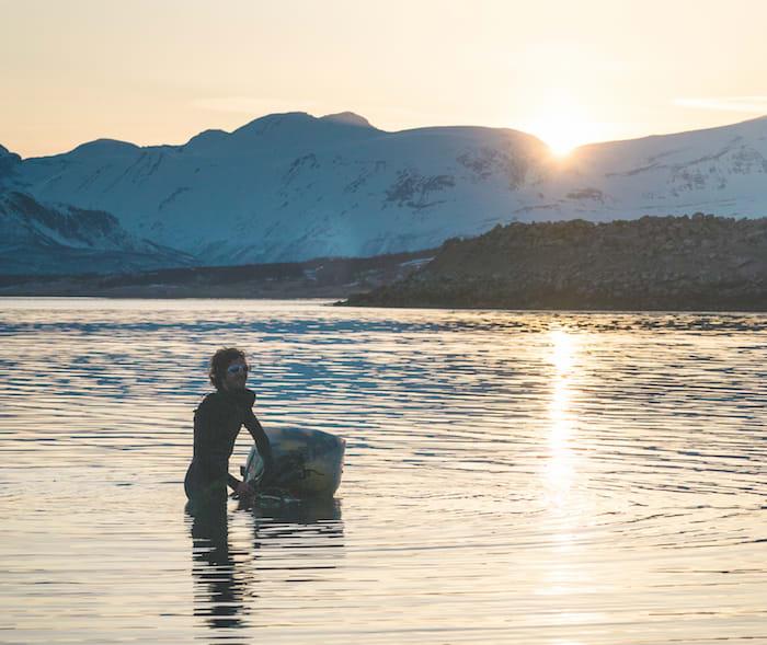 SVØMMETUR: Halvveis gjennom traversen kledde Vegard av seg skiutstyret, pakket det i en plastpose, surret posen fast i et gammelt surfebrett og la på svøm de 1000 meterne over Kjosen.
