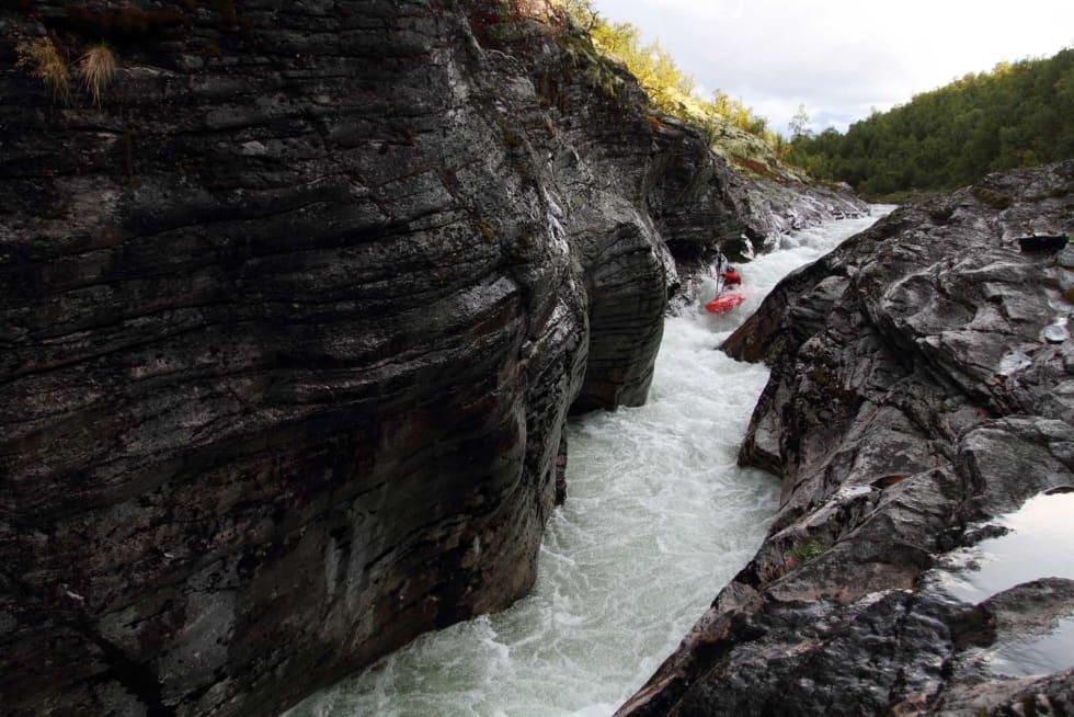 TRONGT: Sjeldan er ei elv så trong men likevel så padlebar som Atna er i øvre delen. Her er Erik Martinsen på veg ned eit av dei fyrste stryka, før elva grev seg ned i eit djupare juv. Bilete: Tore Meirik