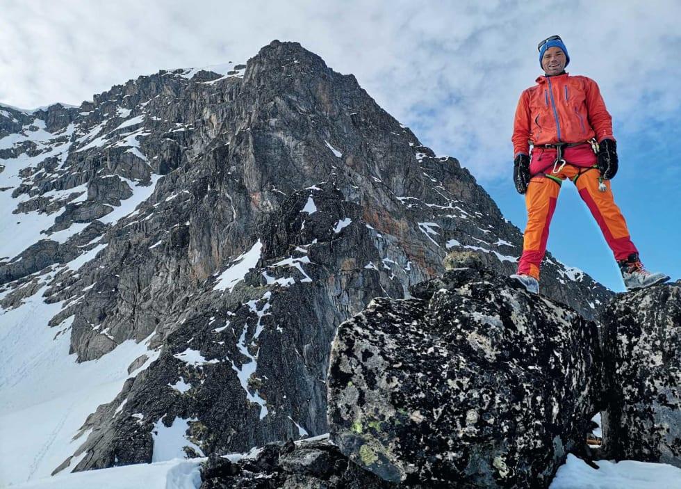 KJÆRT FJELL: Morten Helgesen foran en av Jotunheimens virkelige klassikere, Store Austabotntind. Foto: Yngve Ask