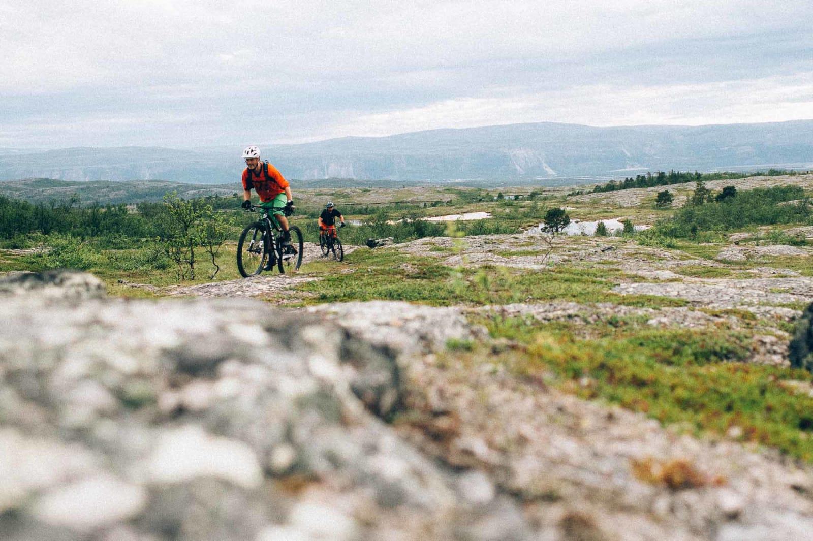 GEOLOGIEN PÅ SIN SIDE: Dan Kristian Sandmo leder an over flytstier med smågrus.